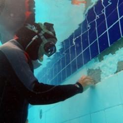 Troca de azulejo subaquático